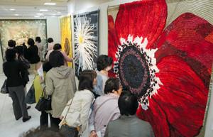 四季折々の花を表現したキルト作品が並ぶ会場=名古屋・名駅のジェイアール名古屋高島屋で