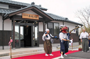 完成を祝い館の前で吉崎神楽を披露する住民ら=あわら市吉崎2で