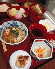 大門そうめん(中央左)が存在感を放つ伝承料理(昼の「白雪姫」)