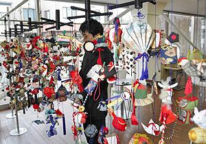 来館者らを楽しませる手作りの飾り=岡谷市立岡谷美術考古館で