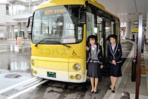 24日に運行を開始する「まわるん」とバスガイド=高岡市下関町で