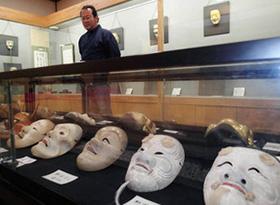 能面美術館には、数多くの能面が展示されている