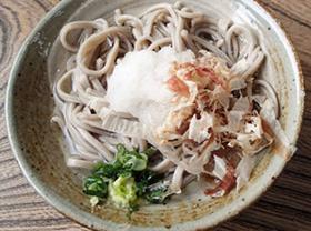 塩だしで食べる「そば処 一福」のおろしそば=いずれも福井県池田町で