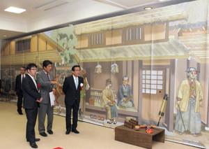 江戸時代中期の北国街道を再現したタペストリーが飾られる会場=長浜市木之本町のきのもと交遊館で