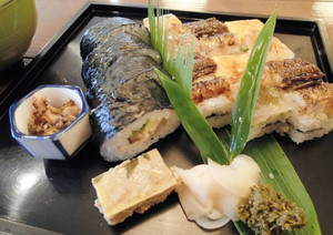 篠山市の名物「箱ずし」(右)と巻きずしの盛り合わせ=「箱鮨 澤藤」で