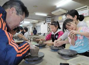 陶芸体験をする家族連れ=「立杭 陶の郷」で