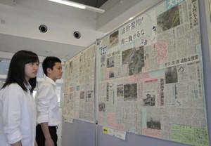 力作が一堂に並べられた新聞切り抜き作品の展示=金沢市の玉川こども図書館で