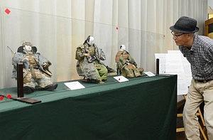 展示された江戸時代の武者人形=近江八幡市新町で