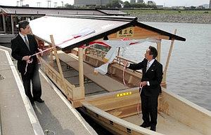 新造船「道三丸」の除幕をする細江茂光市長(右)ら=岐阜市湊町の鵜会観覧船乗り場で