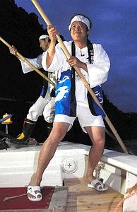 竹ざおで船を操る三ツ星ジョージさん=岐阜市の長良川で