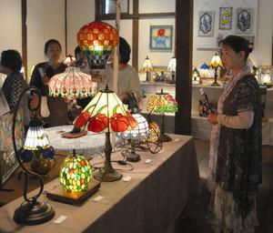 照明を落とした会場で色鮮やかに浮かび上がるステンドグラス=津市久居本町の油正ホールで