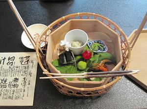 美山荘の「春の菜籠」には、数品の山菜料理が盛られている=いずれも京都市で