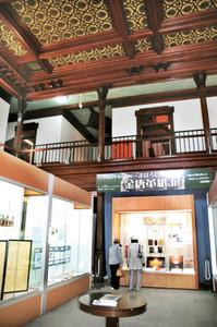 天井が金唐革紙で装飾されている展示会場=砺波市花園町で