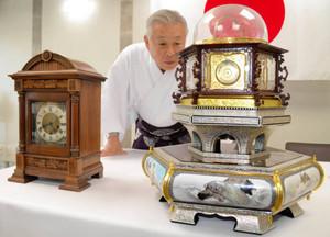 県内で初めて展示される万年自鳴鐘のレプリカ(右)と英国から慶喜公に贈られたとされる西洋時計=静岡市駿河区の久能山東照宮で