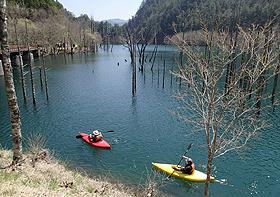 自然湖でのカヌーツーリングは素晴らしい景色も楽しめる