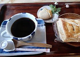どんぐりコーヒーとお菓子のセット=いずれも長野県王滝村で