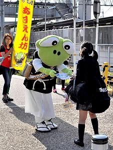 駅利用者にチラシを配る「あまえん坊」(中)=あま市の名鉄甚目寺駅前で
