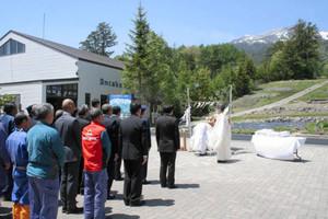 安全祈願祭で今季の無事故などを祈る関係者=木曽町三岳で