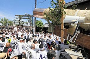 市民らによって七里の渡し場跡に運ばれた新鳥居の御用材=桑名市で