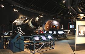 宇宙から帰還した宇宙カプセルの実物や予備機などが並ぶコスモアイル羽咋の展示室