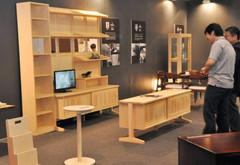 工業デザイナー喜多俊之さんとメーカーが開発した製品=静岡市駿河区のツインメッセ静岡で