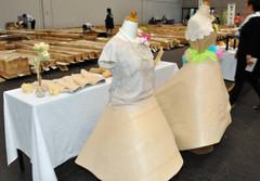 スカートなどに加工したツキ板も紹介している展示大会=静岡市駿河区のツインメッセ静岡で