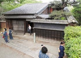 松坂城跡の敷地内に移築された国特別史跡「本居宣長旧宅」