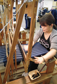 松阪もめん手織りセンターでは、手織りが体験できる=いずれも三重県松阪市で