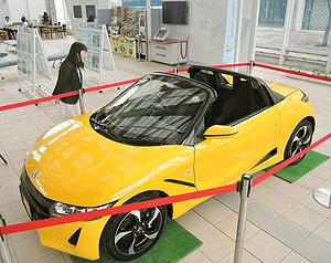 ロビーに展示されたホンダの新型軽スポーツカー「S660」=鈴鹿市役所で
