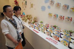 幼児のオリジナル作品などが並ぶからくり時計展=金沢21世紀美術館で