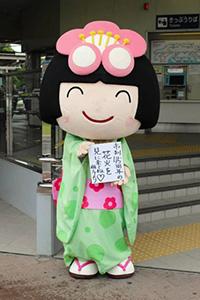 8月29日にある「花火を見に来てね」と笑顔でPRする梅子=知多市の名鉄新舞子駅で