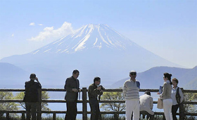 本栖湖畔からは雄大な富士山が望める