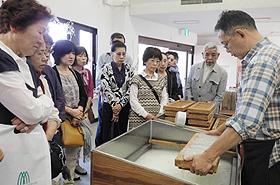 富士川クラフトパークでは西嶋和紙の紙すき体験もできる=いずれも山梨県身延町で