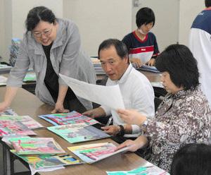 それぞれの作品を審査する審査員=福井市の中日新聞福井支社で