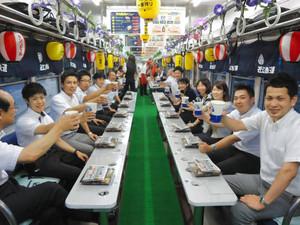 昨年のビア電の様子=近江鉄道提供