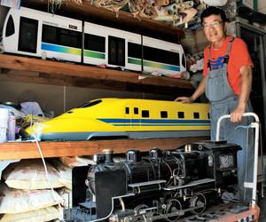 広田さんが作った(上段から)「ほっトラム」、ドクターイエロー、SL=豊橋市で