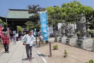 参道の両脇に義士の石像が並ぶ大石神社