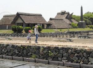 県立赤穂海浜公園は散歩にもうってつけ。後方は入り浜式塩田と釜屋