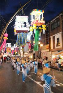 七夕飾りの下で民踊を披露する女性たち=南砺市福光地域で