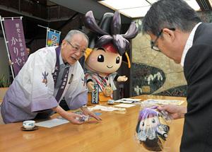 大村知事(右)にJIMOキャラ総選挙1位の報告をする刈谷市の「かつなりくん」(中)と竹中刈谷市長=県公館で