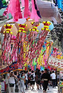 大勢の人たちでにぎわう円頓寺七夕まつり=名古屋市西区の円頓寺商店街で
