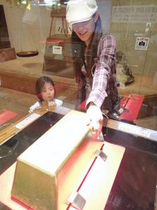 ギネス認定・世界一の巨大金塊=静岡県伊豆市土肥の土肥金山で