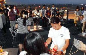 空港の夜景を楽しみながら、交流ゲームなどによって男女がうち解けた「空コン」=富山空港