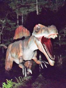 ライトアップされ不気味さが増す恐竜ロボットの「スピノサウルス」=勝山市のかつやまディノパークで