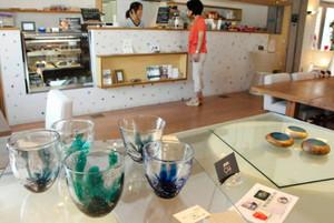 カフェの店内に並ぶ学生5人のガラス作品=富山市古沢で