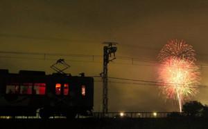 列車内から花火を楽しめる鑑賞列車=伊賀市内で(伊賀鉄道提供)