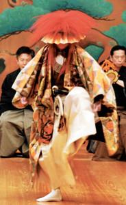 能「望月」のうちシテが獅子舞を舞う場面=5月10日、東京・宝生能楽堂で(撮影・亀田邦平氏)