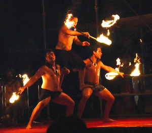 ナイトショーで炎を操るダンサー=犬山市今井のリトルワールドで