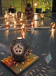 暗闇に浮かび上がる明かりで幻想的な雰囲気が漂う会場=越前町の越前陶芸村文化交流会館で