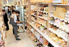 販売スペース「コレモストア」に並ぶ県内各地の特産品=いずれも静岡市葵区紺屋町で
